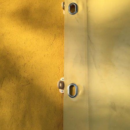 Teloni scorrevoli per chiusura porticato_ chiusure laterali con occhielli TIR e cavallotti a molla - Chiusure per esterno - Venturello